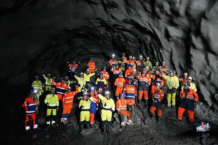 Tilsette frå Møre og Romsdal fylkeskommune og Skanska saman med ordførar Eva Vinje Aurdal og elevrådsleiar Frida Otterlei på røysa etter gjennomslaget i Nogvafjordtunnelen.