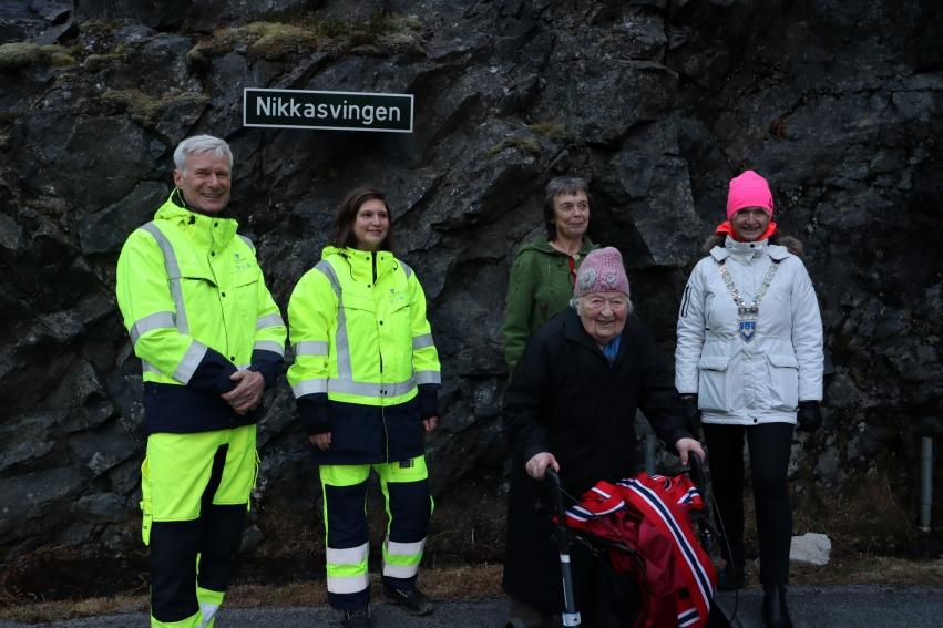 bilete av fylkesvegsjef Ole Jan Tønnesen, leiar for vegprosjektseksjonen Gitte Beiermann, Nikka, leiar i samferdselsutvalet Kristin Sørheim og fylkesordførar Tove-Lise Torve.