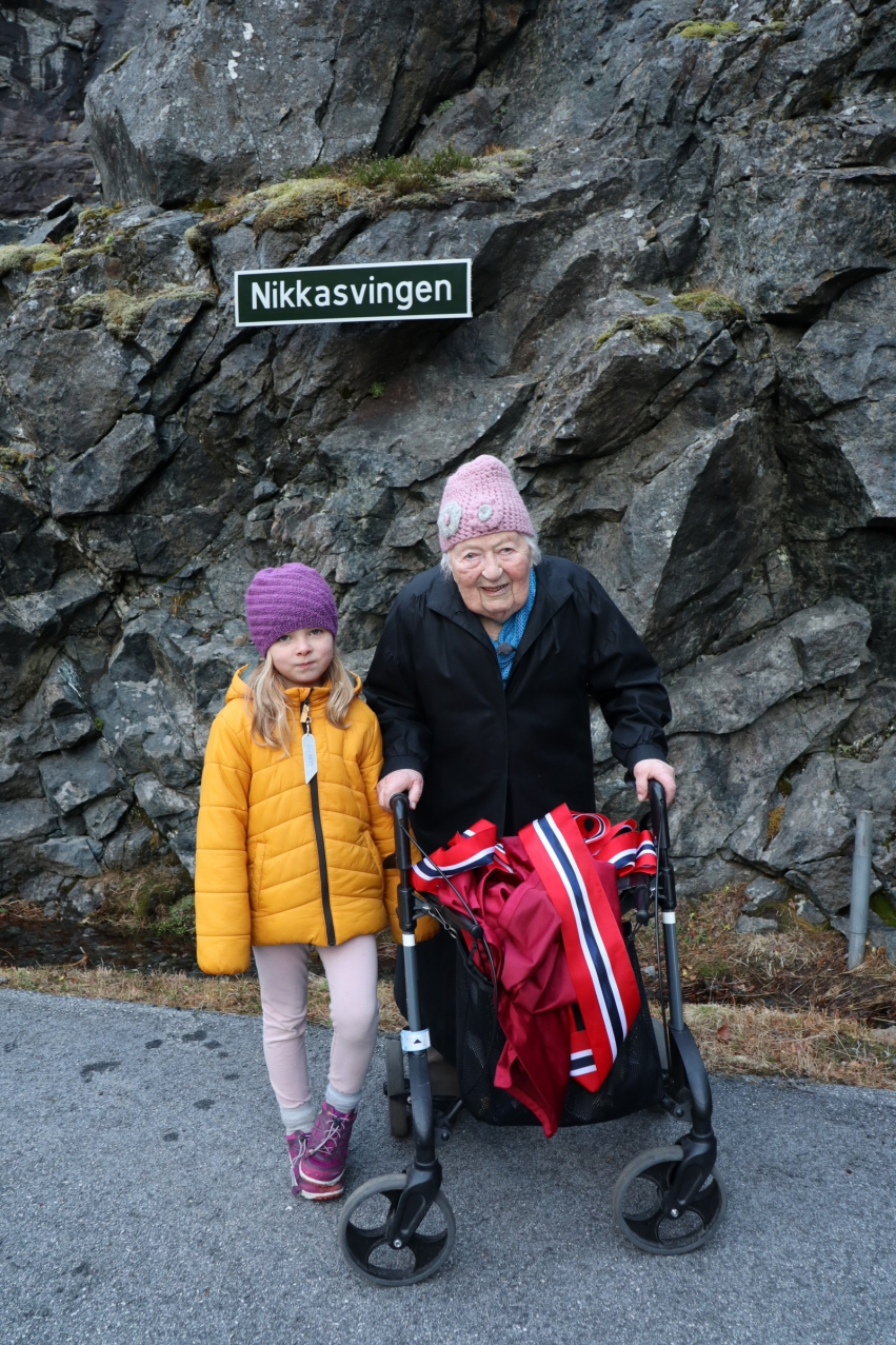 Oldebarnet Nelia saman med Nikka Grønning.