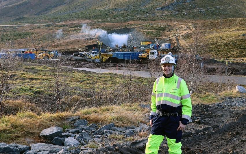 Anleggsleiar Renate Skien i Kruse Smith AS medan røyken legg seg frå første salva på skredsikringstunnelen som blir bygd mellom Korsmyra og Indreeide.