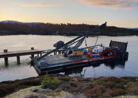 Bilete av lekter brukt i arbeid på Tømmervåg ferjekai i januar 2020.