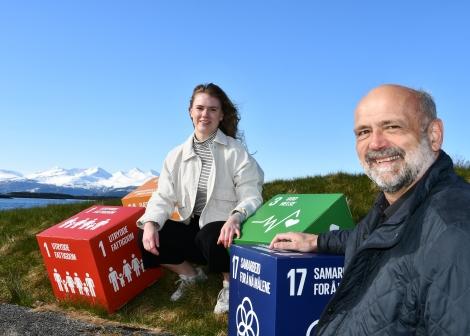 Kristin Hansen og Ole Helge Haugen og berekraftsmålboksar