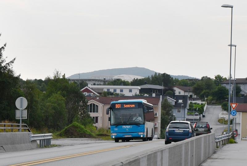 Bilde av buss på veg forbi Kontrollplassen ved Nordsundbrua i Kristiansund.