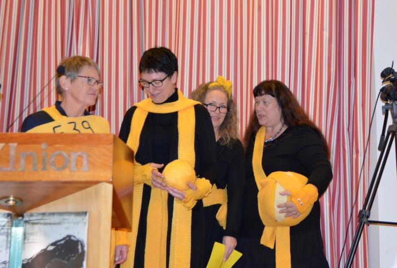 Bilde av fire kvinner med gule ullskjerf