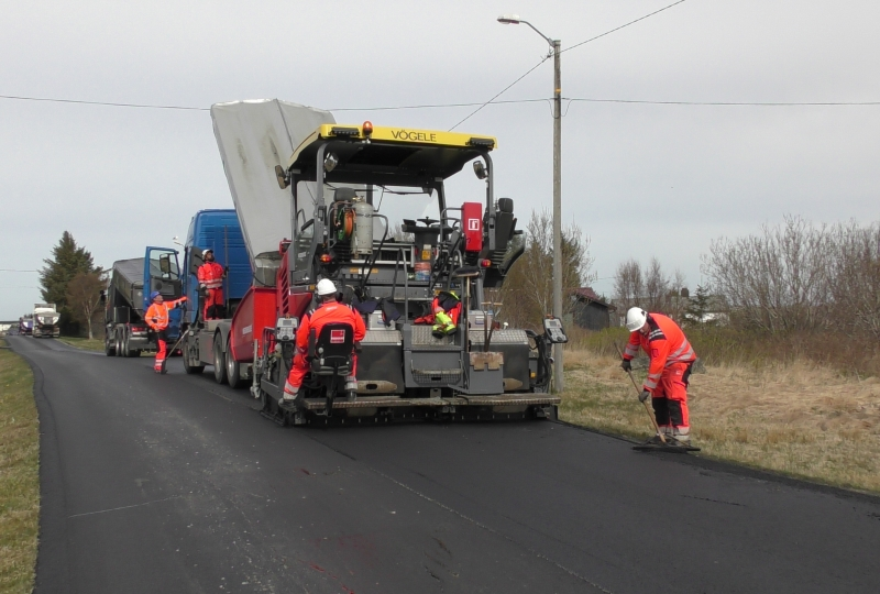 Foto av arbeidere som legger asfalt