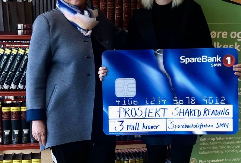 Foto av fylkesbiblioteksjef Annette Koch og regionbanksjef Marita Løvik Stadsnes i SpareBank 1 SMN.