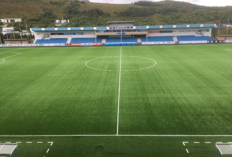 Foto av grassmatta på fotballstadion Høddvoll i Ulsteinvik