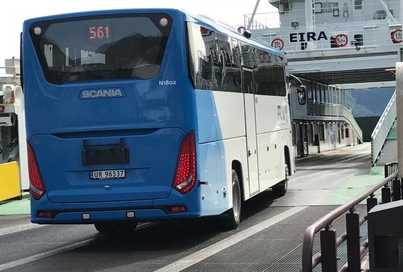 Foto av buss som kjører om bord på ferge.