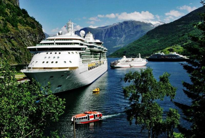 Bilde av cruiseskip på ein fjord