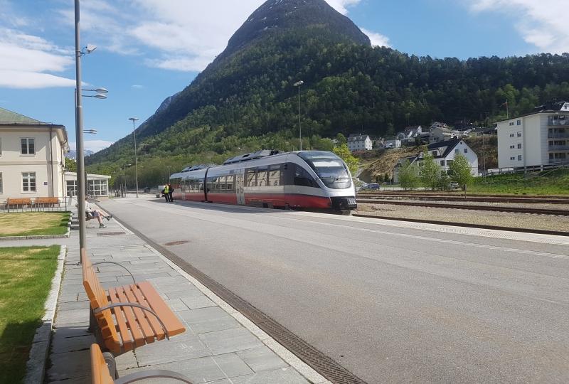 Foto av eit tog som står ved ein togstasjon