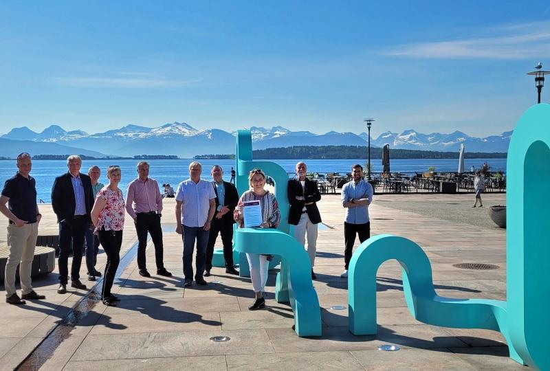 mennesker på torget i Molde