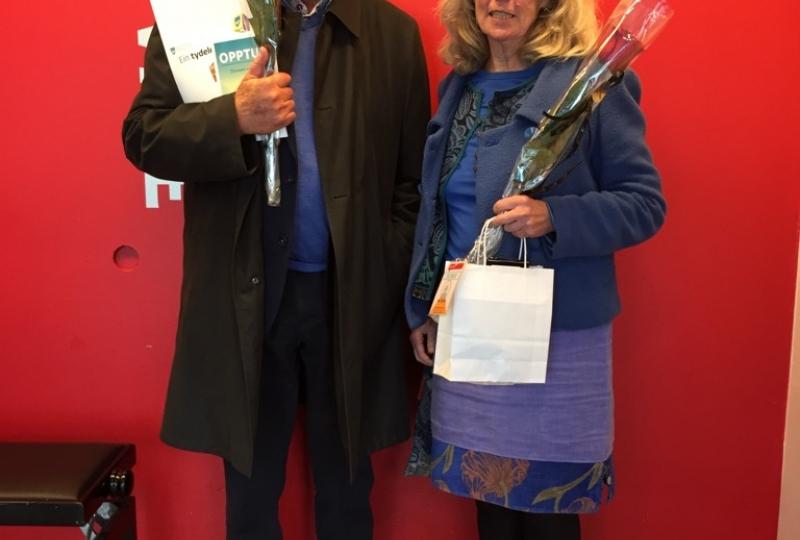 Foto av mann og dame som holde premie i Novellekonkurransen