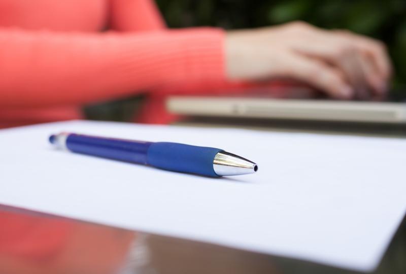 Foto av penn som ligger på et ark
