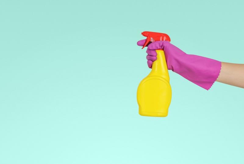 Hand, hanske og sprayflaske