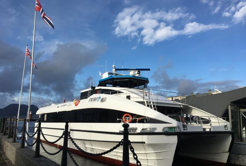 Bilde av ein hurtigbåt som ligg ved kai