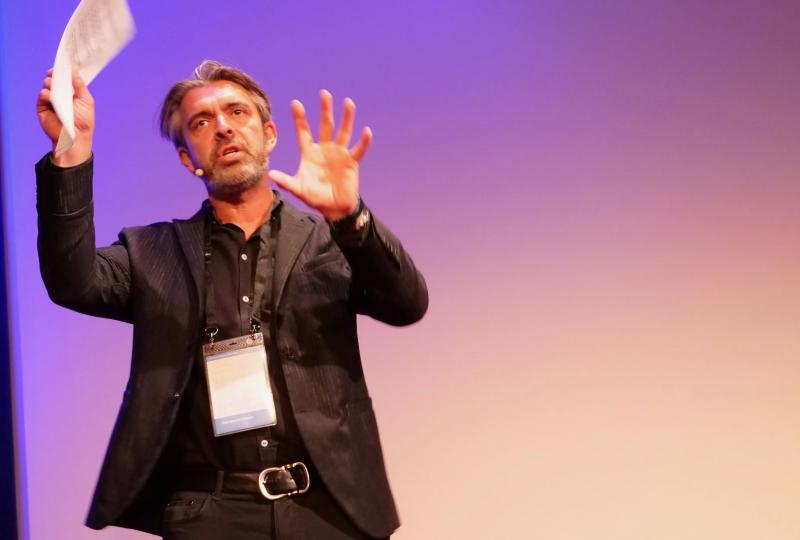 Bilde av Eirik Norman Hansen på scenen.