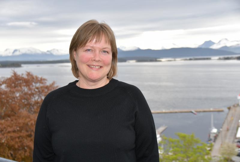Foto av kvinne i svart genser